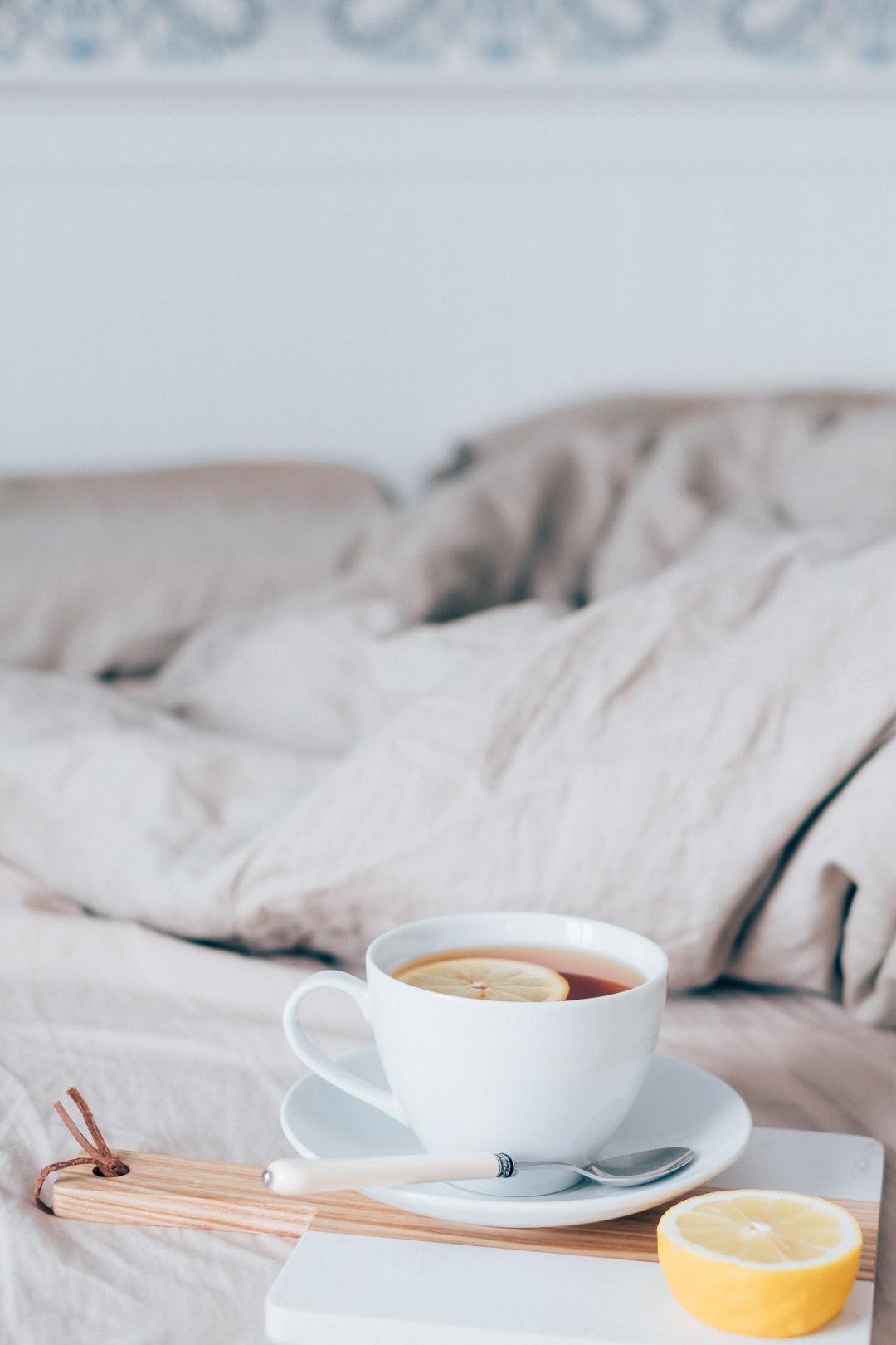 Njuta av en tekopp i sängen när en är förkyld